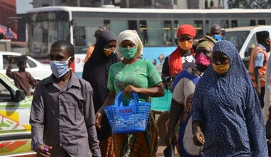 People wearing protective masks are walking in Conakry, Guinea, on April 29, 2020. © HRW -2020