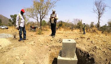 Pilier seondaire délimitant physiquement la frontière. Il est placé à tous les 500 m, ce qui permet à la population locale de savoir où se trouve la frontière. Photo: D. BARIL