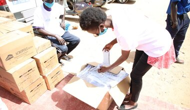 Women and young people are working alongside Senegalese civil society organizations to distribute masks to populations, with the support of UN Women. Photo: UN Women.