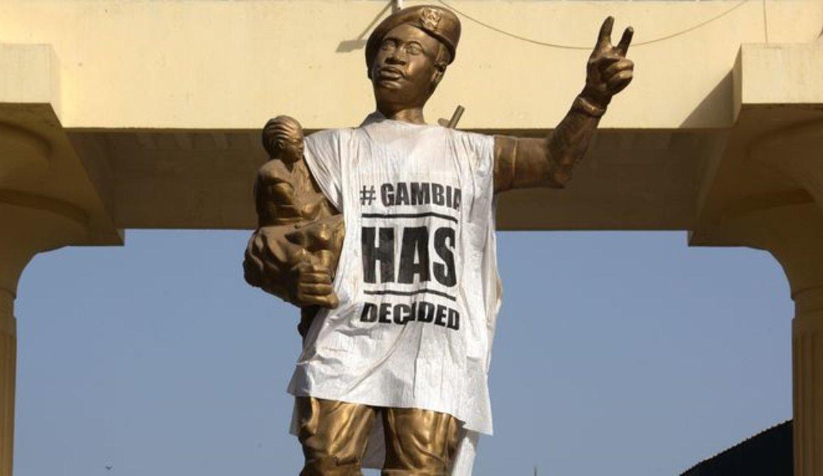 A Banjul, une statue commémorant le coup d'Etat du 22 juillet 1994, par lequel Yahya Jammeh était arrivé au pouvoir, est recouverte d'un T-shirt sur lequel est inscrit « La Gambie a décidé »