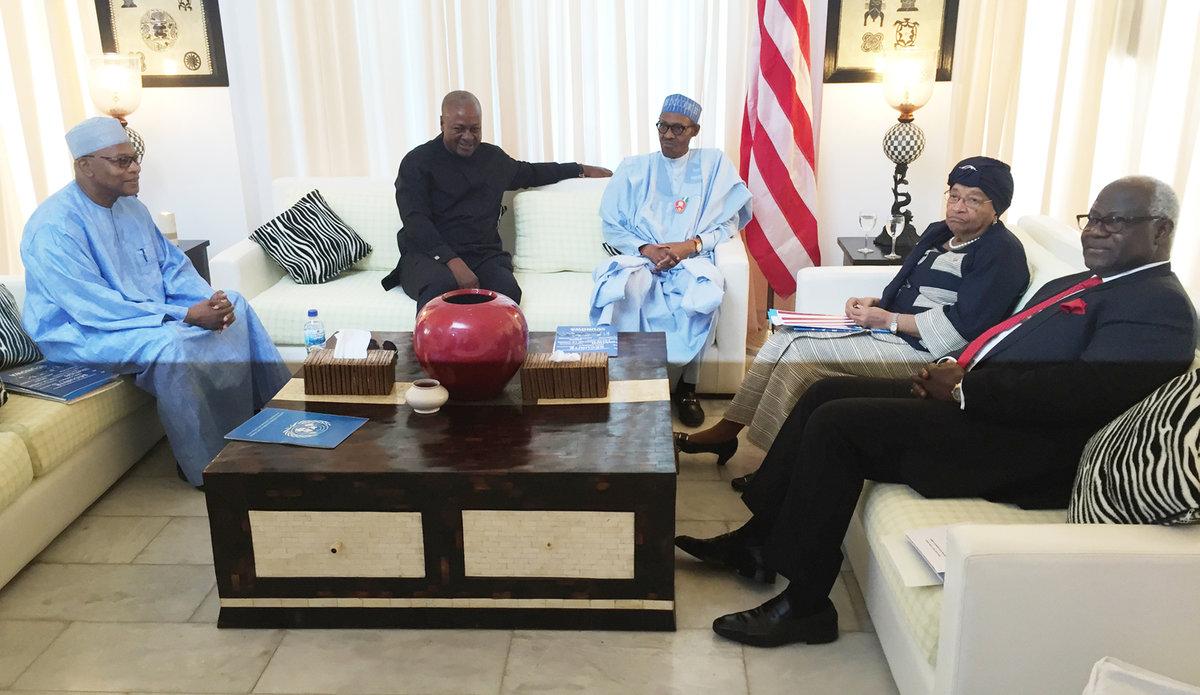 Le SRSG Ibn Chambas et les Présidents de la République du Nigeria, de la Sierra Leone, du Ghana et du Liberia font une médiation sur la situation en Gambie - le 13 décembre 2016 à Banjul