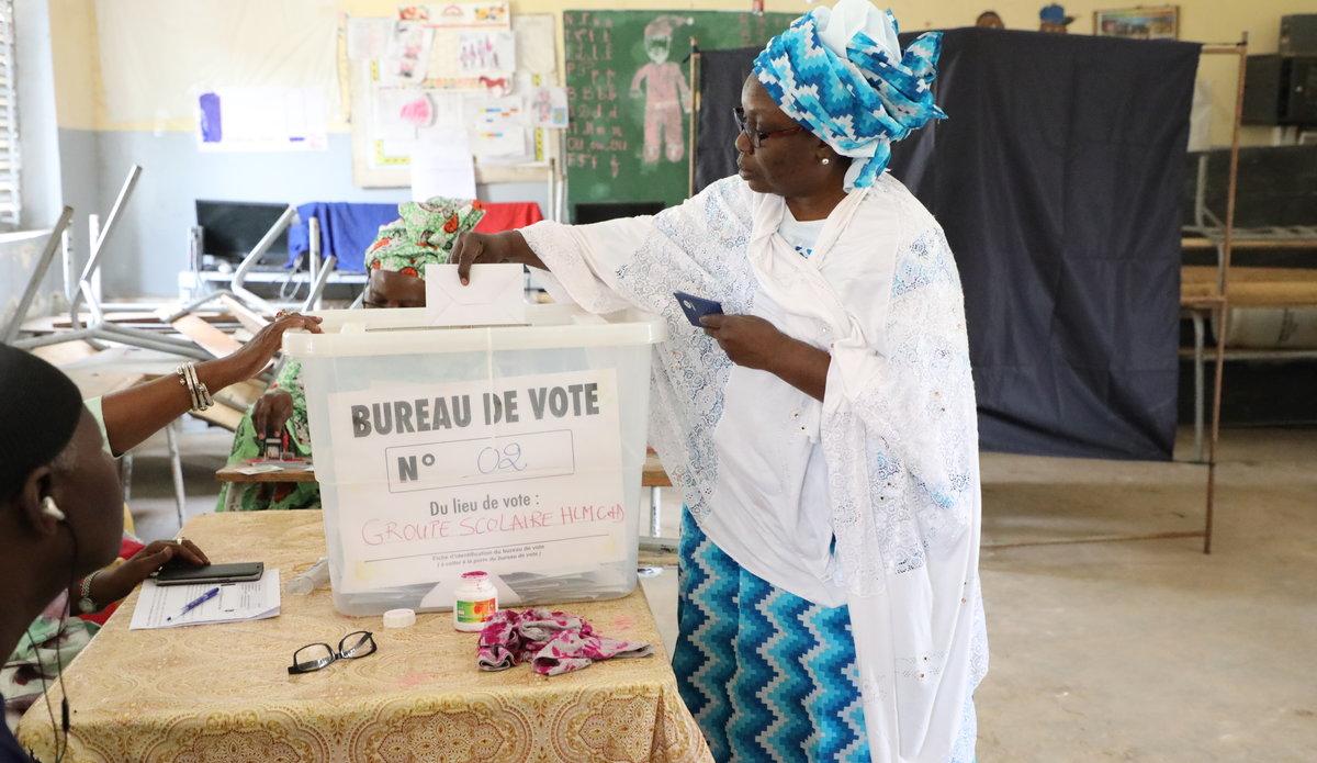Une femme met son bulletin de vote dans l'urne, le jour de l'election presidentielle dans un centre de vote aux HLM. Le 24 février 2019. Photo: UNOWAS UNOWAS SCPIO
