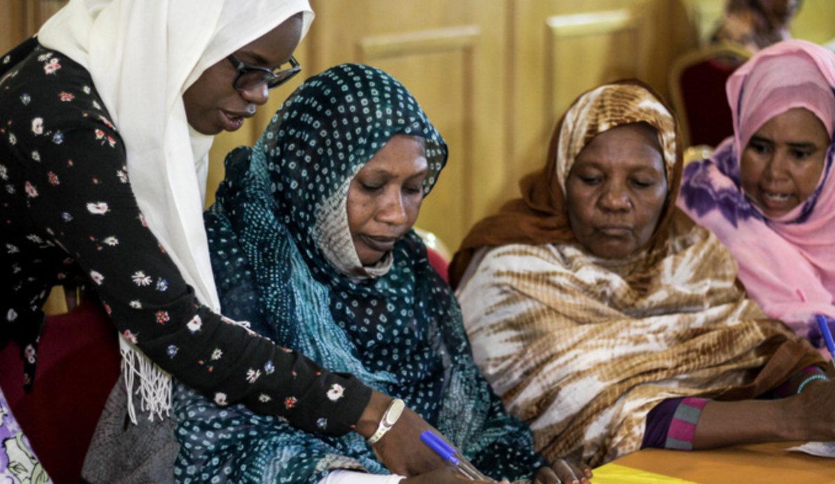 Mauritanie SWEDD : 20 femmes bénéficiaires des espaces sûrs, lauréates de la compétition sur les meilleurs projets d'Activités Génératrices de Revenus, financées et formées. Photo: UNFPA.